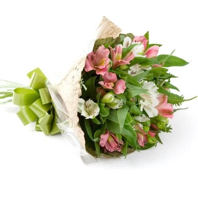 Маленькие букеты из альстромерии и розы
